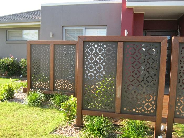 Необычный дизайнерский забор, который сразу привлечёт к себе внимание гостей.