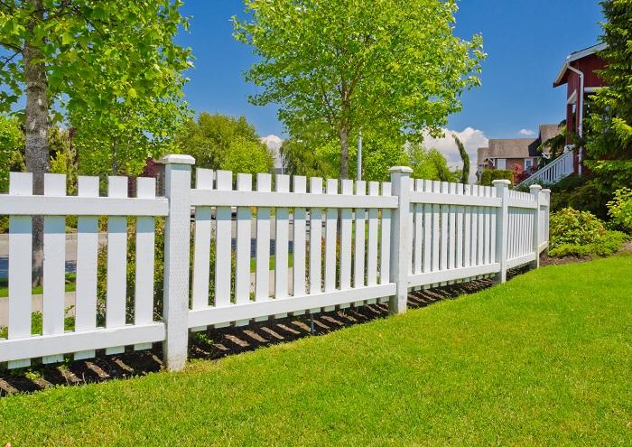 Любой деревянный забор может стать неповторимым и уникальным.