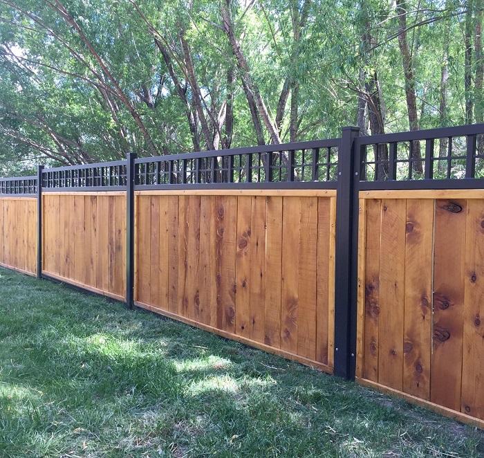 Оригинальный комбинированный забор, который можно изготовить из дерева и металла.