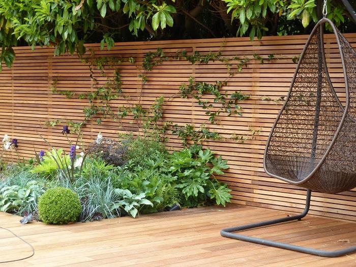 Современный дизайн деревянного забора, который идеально гармонирует с придомовой территорией.