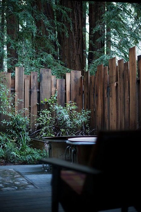 Деревянный забор может стать отличной альтернативой массивному каменному забору.
