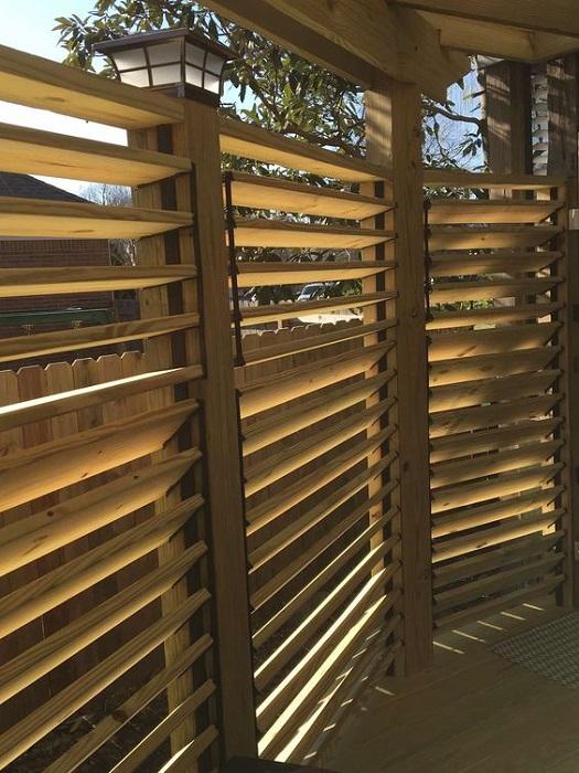 Экологичность – это главное, что отличает современный деревянный забор от металлического.