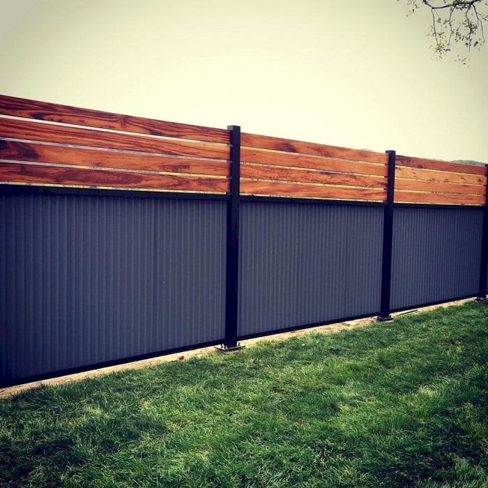 Комбинированный забор из деревянных реек и профилированных листов.