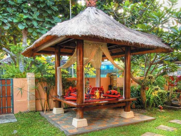 Простая деревянная садовая беседка может стать настоящим украшением садового участка.