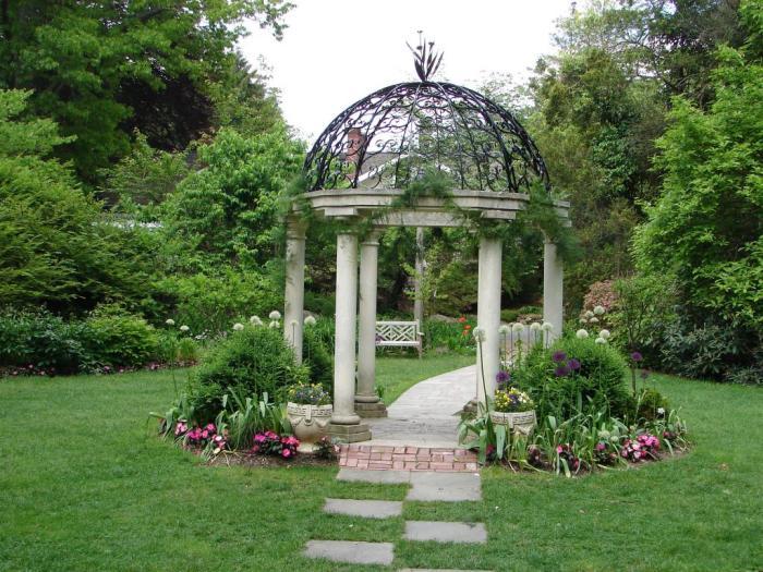 Современная беседка с шестью каменными колонами станет уютным местом для отдыха и настоящим украшением придомовой территории.
