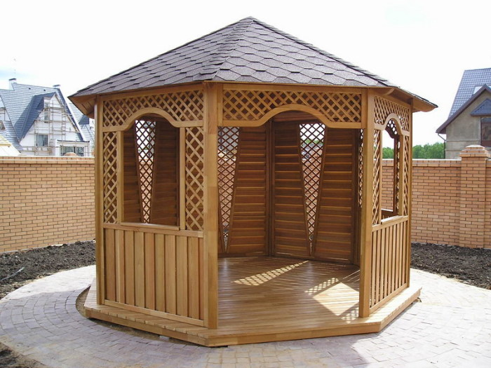 Сегодня строительные компании предлагают широкий ассортимент готовых деревянных беседок.