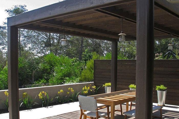 Простая беседка, построенная исключительно из натуральной тёмной древесины - отличная идея для любителей экостиля.