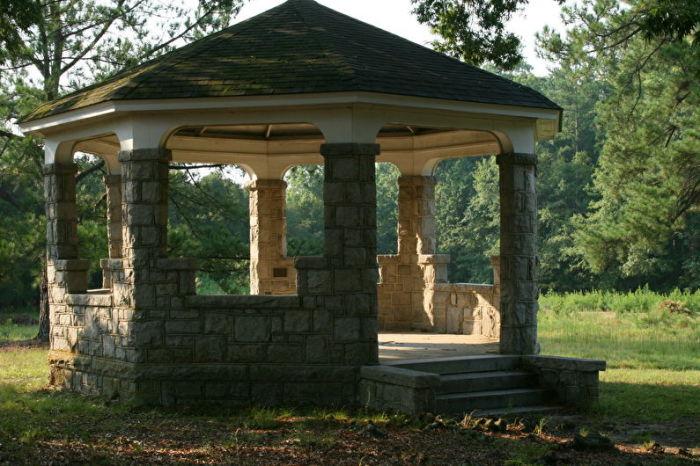 Беседка из камня - это неповторимая конструкция, которая не требует специализированного ухода.