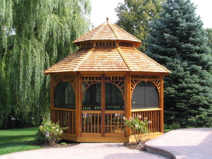 Наиболее популярный вариант закрытой восьмиугольной конструкции, которая поможет создать уютный уголок для комфортного отдыха.
