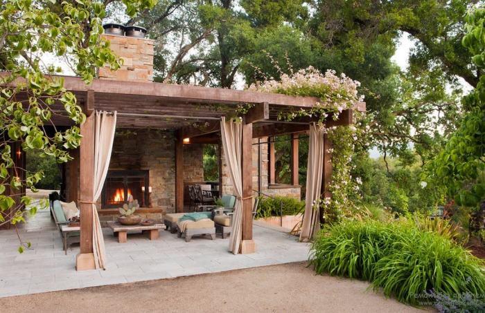 Современная беседка с камином – прекрасное место для хорошего времяпрепровождения для тех, кто любит природу и домашний уют.