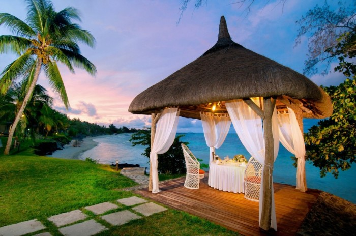 Оригинальный пример дизайна садовой беседки в тропическом стиле, которую можно построить на своем дачном участке уже этим летом.