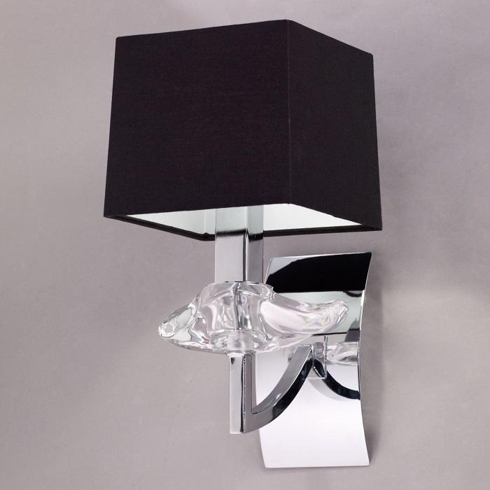 Светильник из стекла и хромированного металла, выполненный с применением хай-тек технологий.