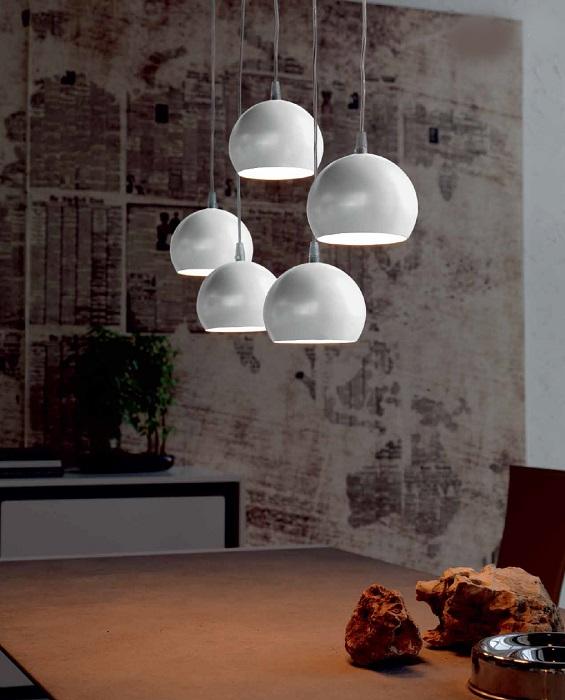 Сдержанность в дизайне светильников даёт возможность использовать их в любом интерьере.