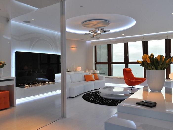 Хромированная люстра, которая идеально подчеркивает утонченный стиль и особую атмосферу гостиной комнаты.