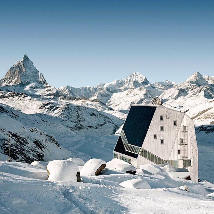 Место привала для уставших альпинистов скрытое во льдах Швейцарии.
