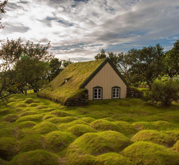 Дом в горном регионе Исландии.