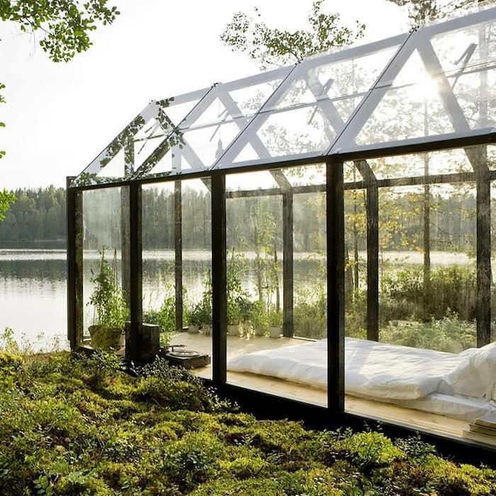 Место для отдыха и уединения с природой на озере в Финляндии.