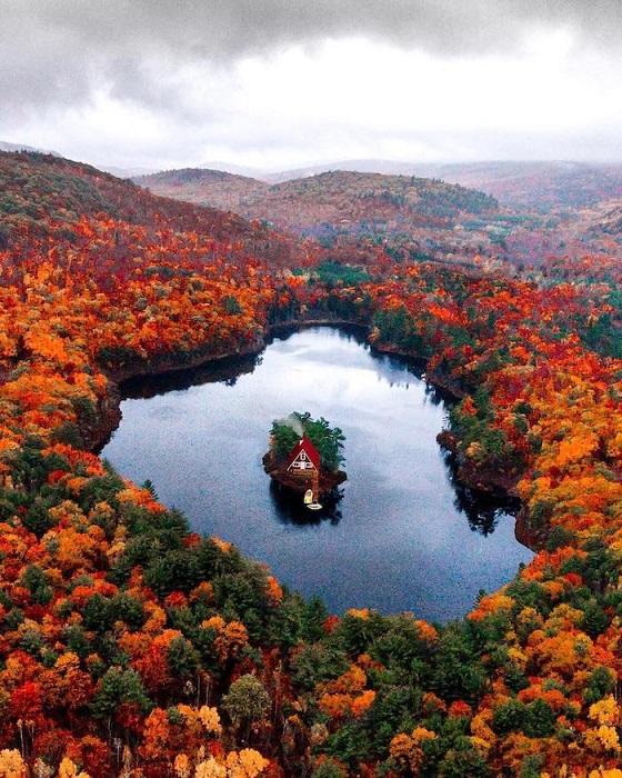 Диковинный дом на живописном озере штата Мен, США.