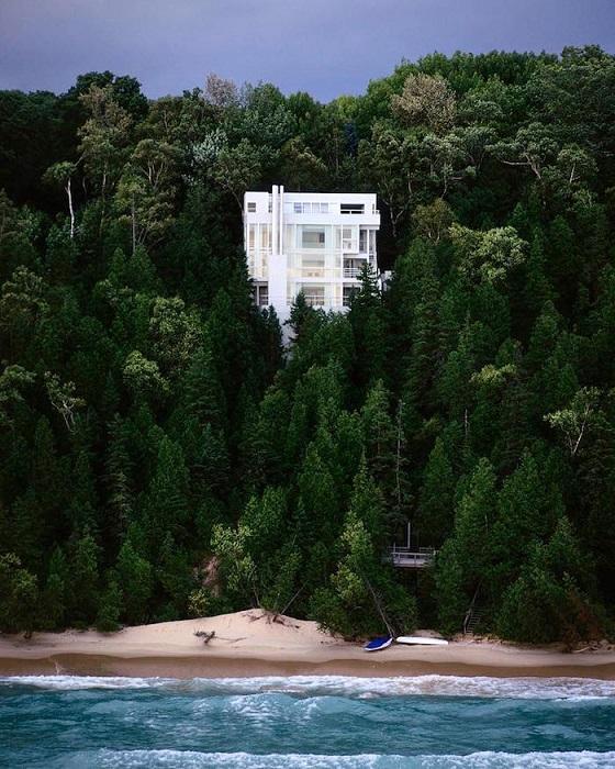 Дом стоит на склоне холма, на берегу озера Мичиган, США.