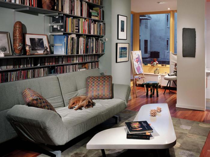 Использование свободного места за диваном - отличное решение для экономии полезного пространства.