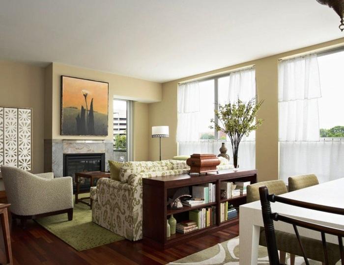 Если за диваном много пространства, его будет достаточно для размещения стеллажа из четырёх полок.