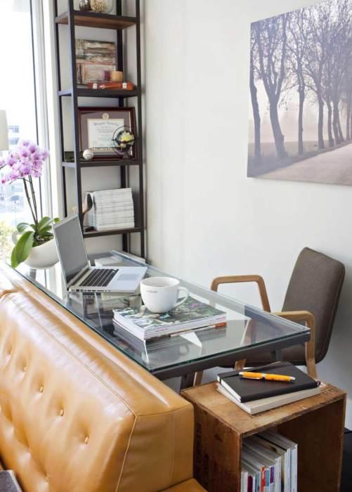 Место за диваном даёт возможность сохранить свободное пространство и в то же время довольно привлекательно смотрится как рабочая зона в гостинной комнате.
