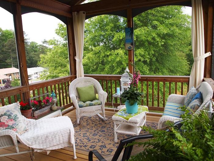 Роскошное местечко для отдыха на дачном участке с удобной плетёной мебелью.