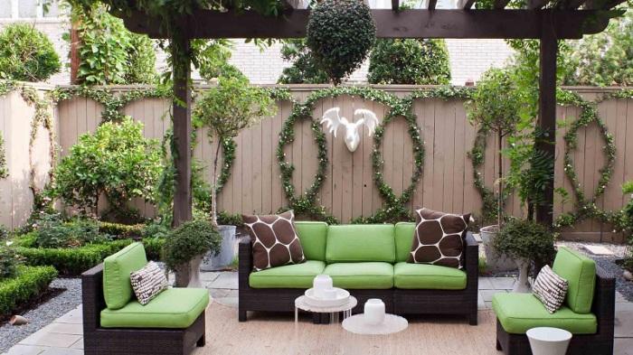 Элегантное патио с удобной садовой мебелью.