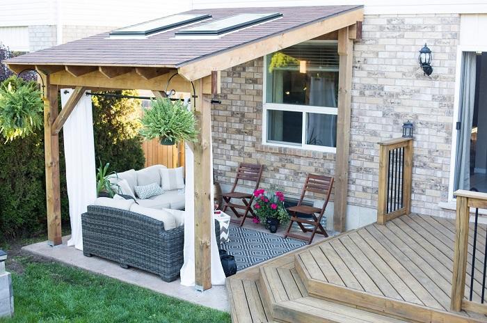 Пристроенная к дому беседка – практичный вариант решения вопроса создания места для отдыха на придомовой территории.