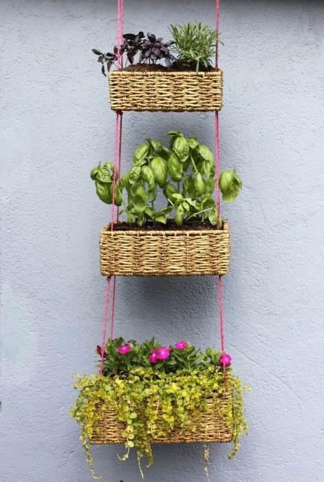 Элегантные подвесные плетёные корзинки идеально подойдут для выращивания некрупных растений.