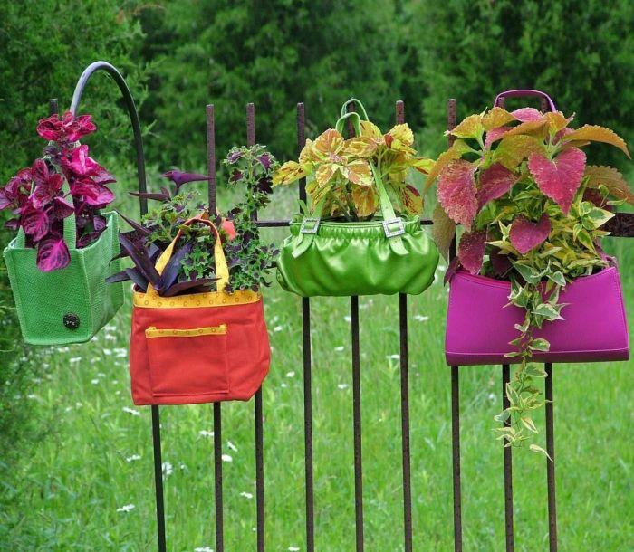 Гениальный способ превратить ненужный хлам, старые подарочные пакеты и сумки в горшки для цветов.