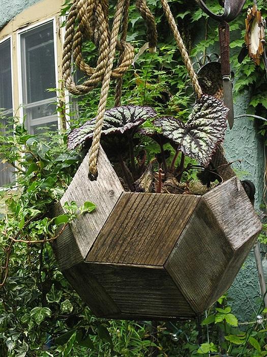Актуальный тренд - украшение садового участка большими деревянными подвесными кашпо.