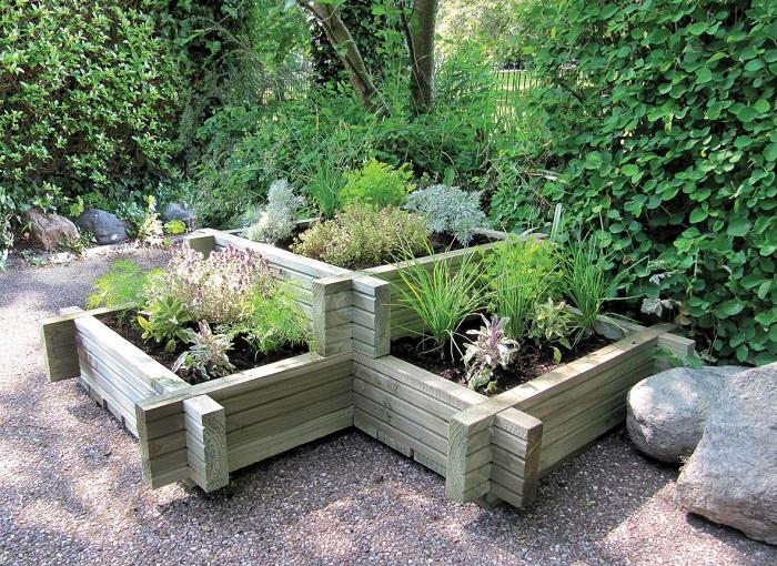Аккуратная многоуровневая грядка с деревянным ограждением прекрасно подойдет для любого садового участка.
