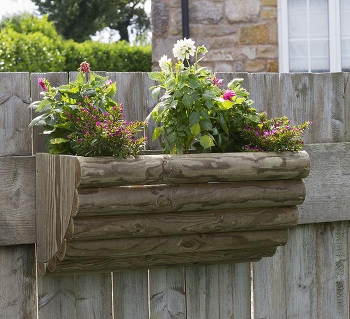 Простая деревянная конструкция, которую можно повесить на забор.