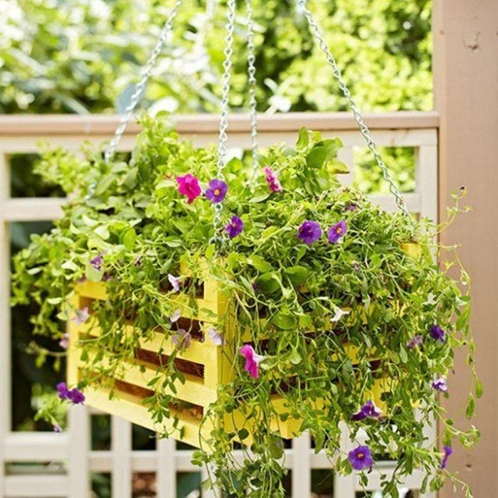 Кашпо для цветов из деревянного ящика.