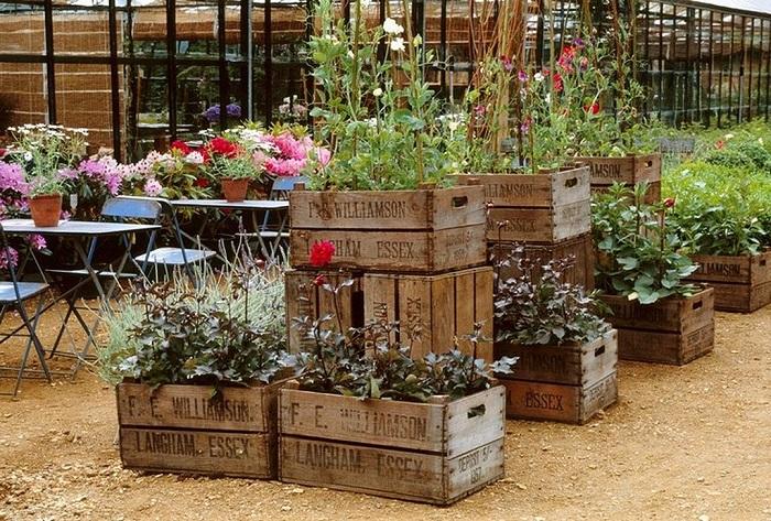 Многоуровневые эргономичные грядки из старых деревянных ящиков, которые точно понравятся вам и вашим гостям.