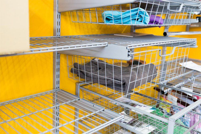 Сетчатые металлические контейнеры станут отличным внутренним дополнением в гардеробной комнате.