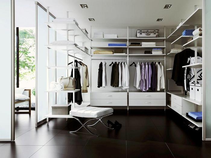 Если у вас есть лишнее помещение, то в нём с лёгкостью можно соорудить отдельное место для хранения вещей.