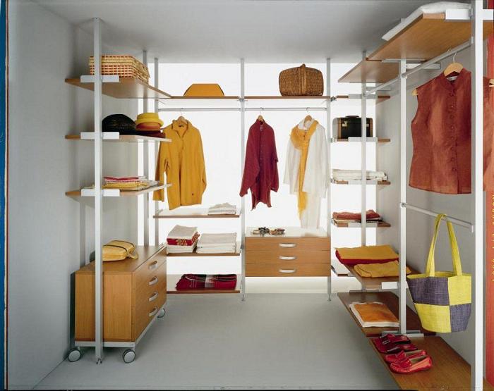 Современные многоуровневые гардеробные системы позволяют разместить достаточно большое количество одежды, обуви и модных аксессуаров.