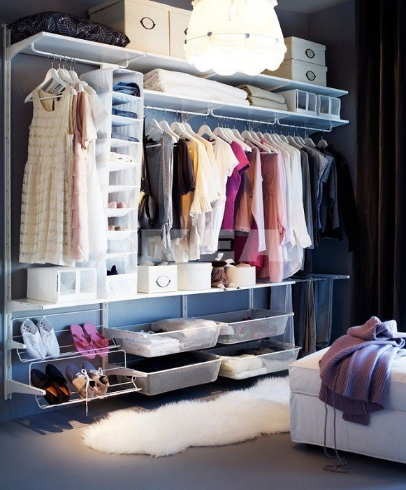 Современная гардеробная система в спальной комнате способна полностью заменить классические настенные полки и малогабаритные шкафы.