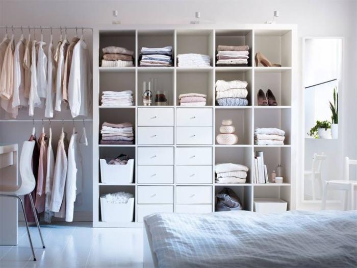 Современная открытая гардеробная система, которая начинает набирать популярность.
