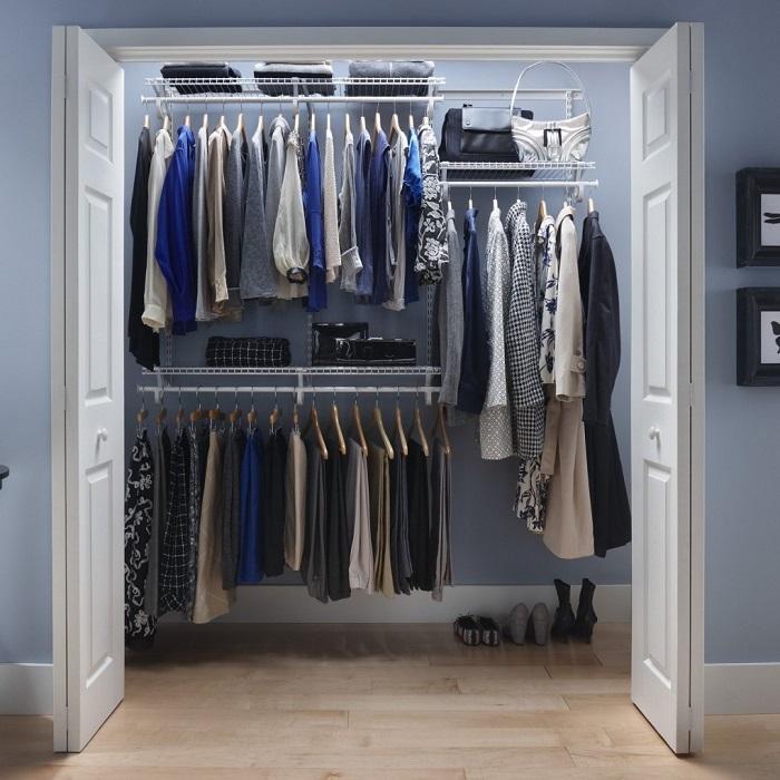Подсобное помещение можно легко превратить в современный и функциональный гардероб.