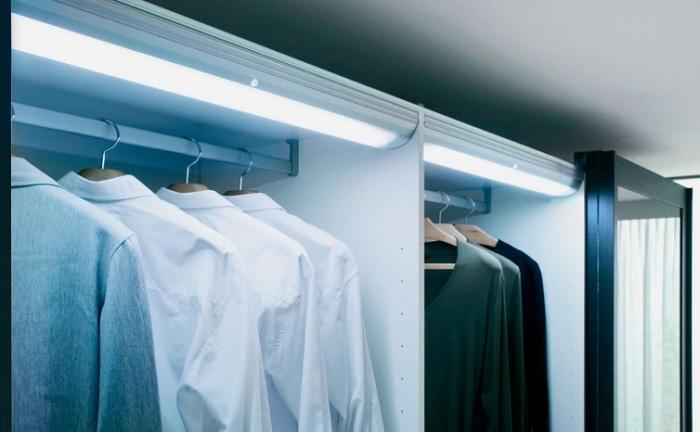 Такой вариант освещения легко и равномерно подсвечивает тёмные уголки гардероба.