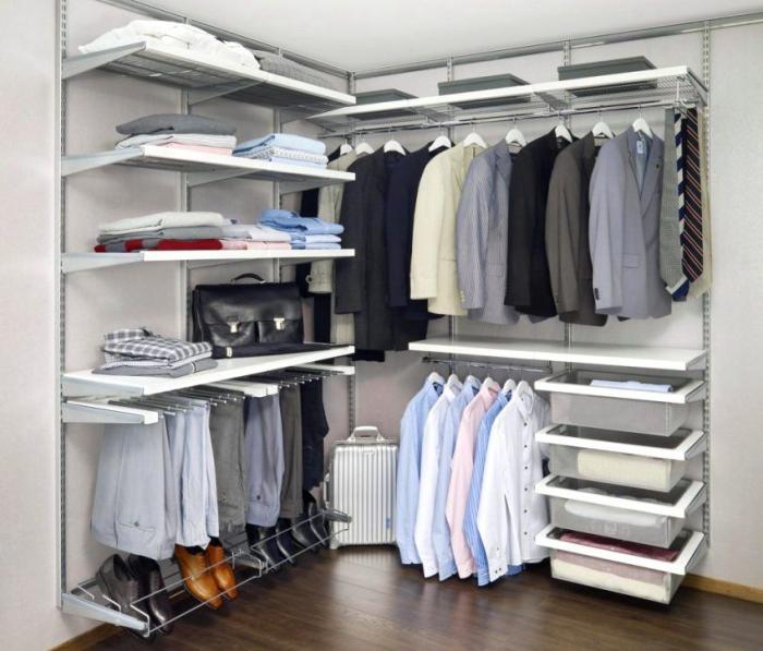 Металлическая конструкция легко вписывается практически в любой интерьер, удобна в сборке и не занимает много свободного пространства.