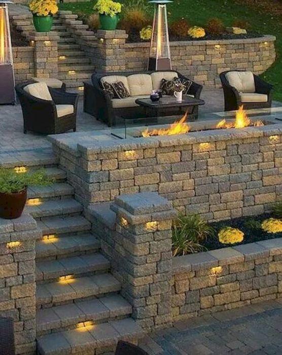 Роскошное местечко для отдыха на заднем дворе с скамьей и изумительным очагом, создающим атмосферу спокойствия и умиротворения.