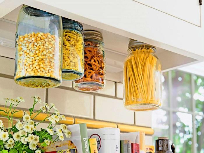 Стеклянные банки с металлической крышкой помогут поддерживать порядок на кухне.