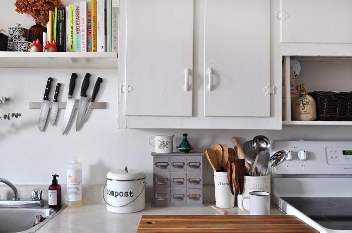 Для удобного хранения кухонных принадлежностей достаточно закрепить на стене магнитную полосу.