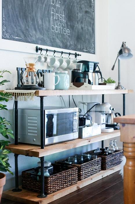 Для классической кухни отличным решением станет небольшой деревянный стеллаж.