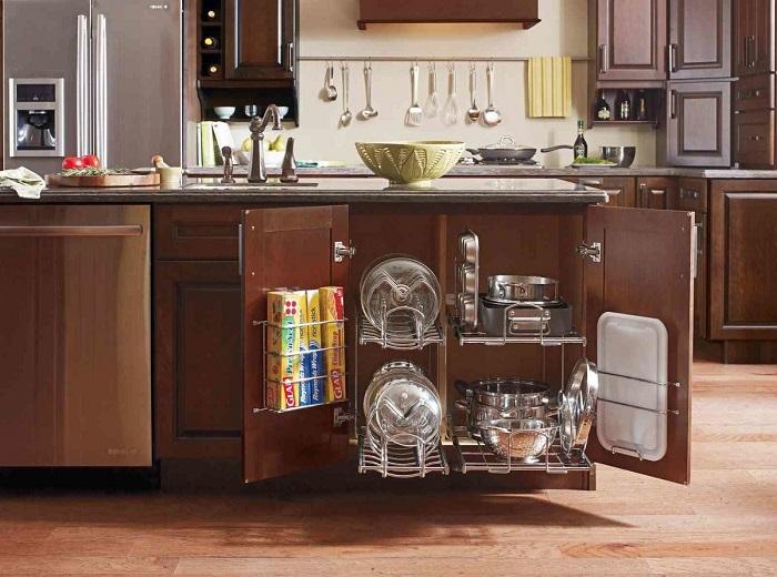 В ящиках из металлических прутьев удобно хранить любые кухонные принадлежности.