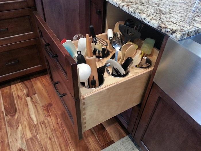 Скрытая система хранения кухонных принадлежностей.